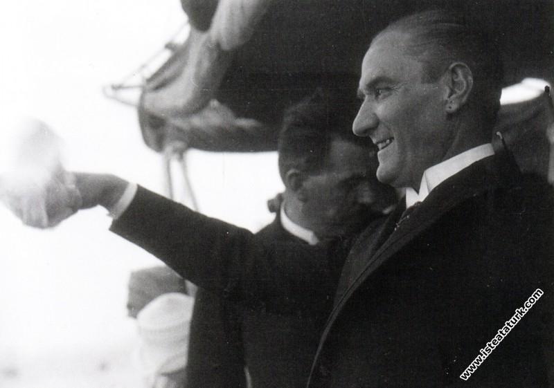 Mustafa Kemal Ertuğrul Yatı ile İstanbul'a girerken İstanbul'luları selamlıyor. (01.07.1927)