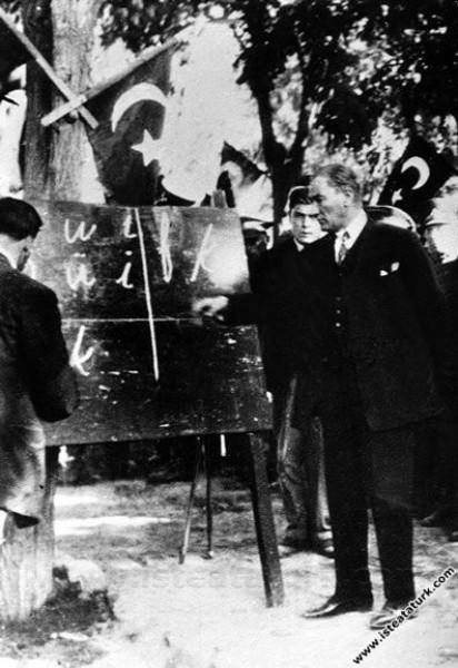 Mustafa Kemal Atatürk Kayseri'de kara tahta başında yeni harfleri vatandaşlara öğretirken. (20.09.1928)