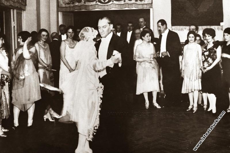 Mustafa Kemal Atatürk Manevi Kızı Nebile'nin evlenmesi nedeniyle Ankara Palas'ta yapılan baloyu şereflendirmiştir. (17.01.1929)