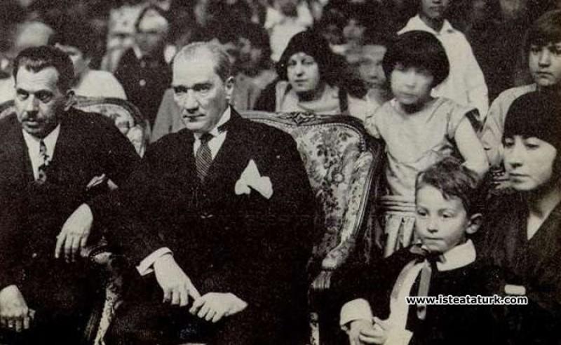 Ankara Palas'ta düzenlenen bir çocuk balosunda çok sevdiği, Türk çocukları arasında. (23.04.1929)