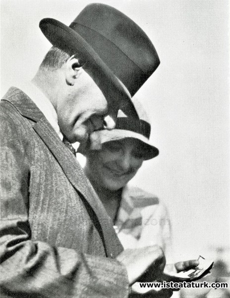 Mustafa Kemal Atatürk  fotoğrafçısı Cemal Işıksel tarafından daha önce daha çekilmiş fotoğraflarını inceliyor. (04 Temmuz 1929)