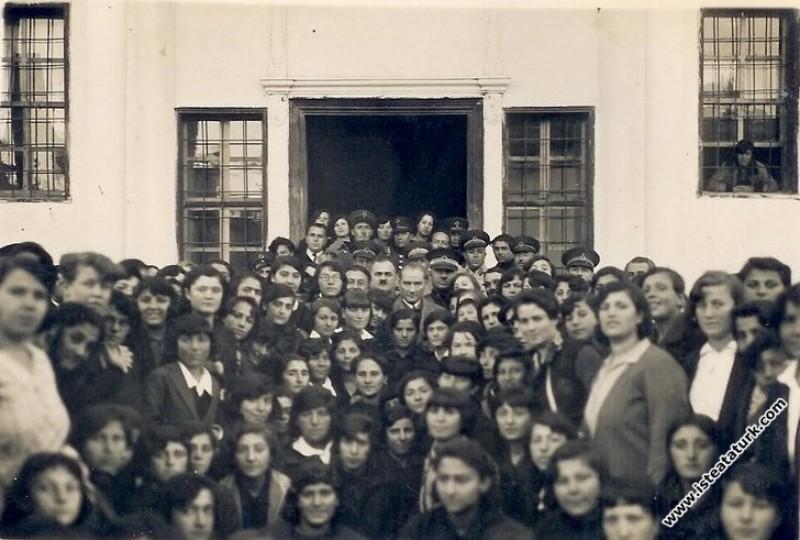 Mustafa Kemal Atatürk Sivas Kız Lisesi'nden çıkark...