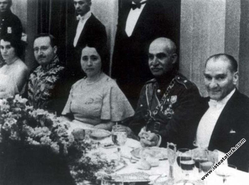 Mustafa Kemal Atatürk Çankaya Köşkü'nde, İran Şahı Rıza Pehlevi onuruna verdiği yemekte. (16.06.1934)