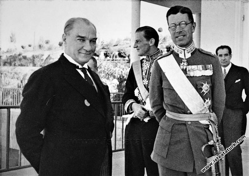 Mustafa Kemal Atatürk İsveç Veliahtı Gustav Adolf'la Çankaya Köşkü'nün terasında, Ankara. (03.10.1934)