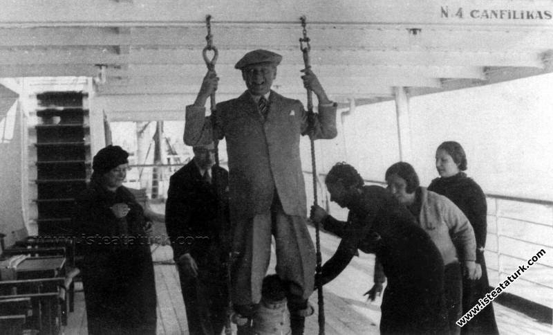Mustafa Kemal Atatürk Ege Vapuru'nda manevi kızı Ülkü Adatepe ile salıncakta sallanırken. (17.02.1935)