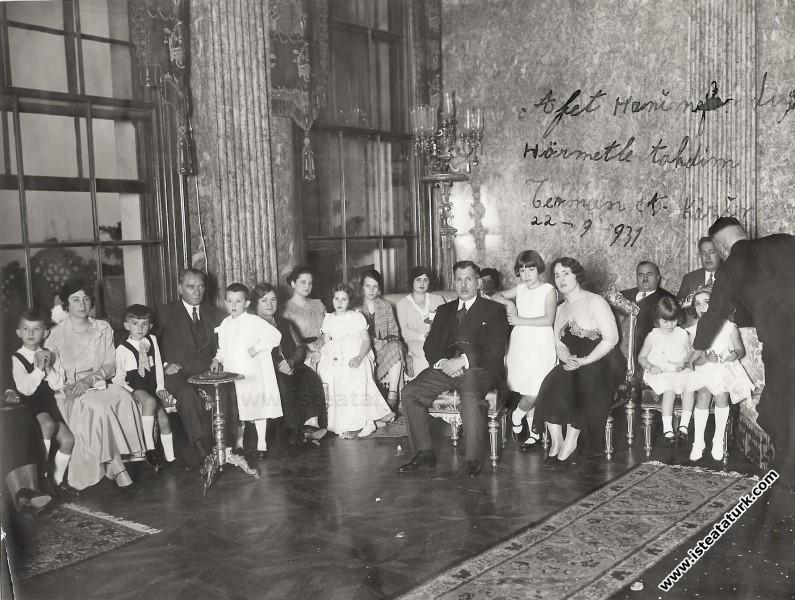 Mustafa Kemal Atatürk TBMM Başkanı Kazım Özalp'in ...