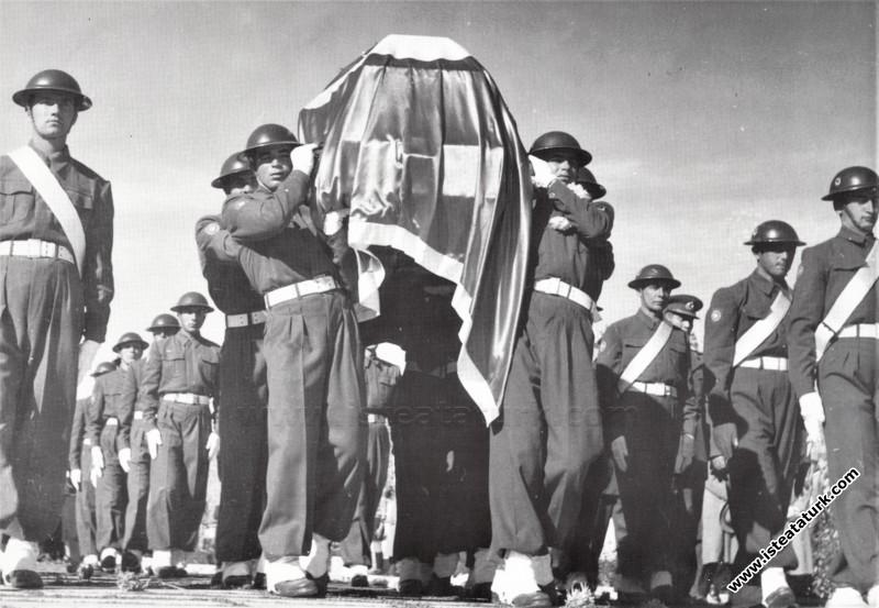 Atatürk Anıtkabirde. (10.11.1953)...