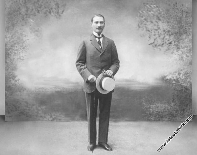 Atatürk'ü Konu Alan, Tiyatro Eseri ''Bayönder'' Üzerine Bir İnceleme