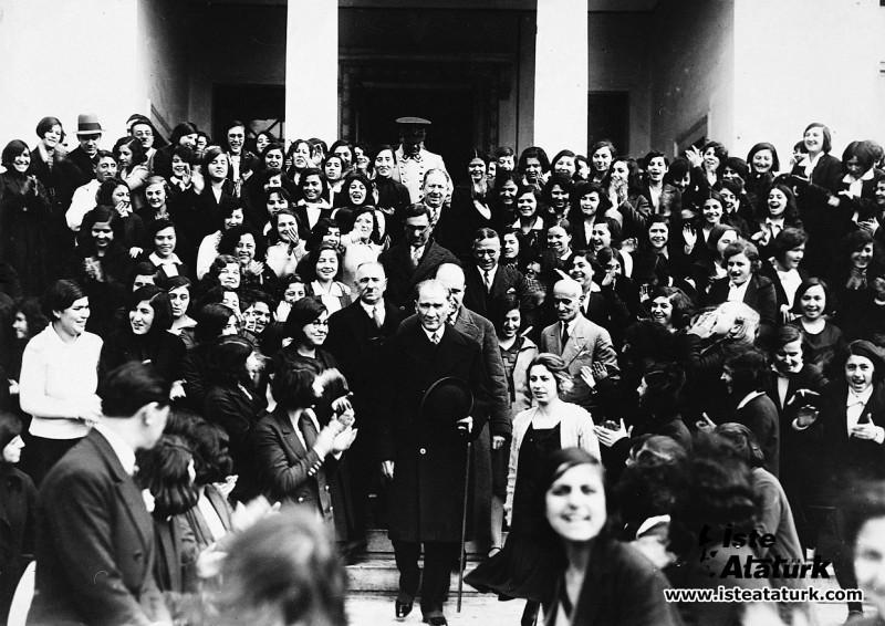 Atatürk İzmir Kız Lisesi'nden ayrılırken, öğretme...
