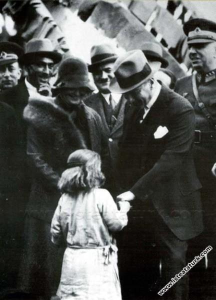 Atatürk Dörtyol gezisinde Afet İnan'la bir çocuğu ...