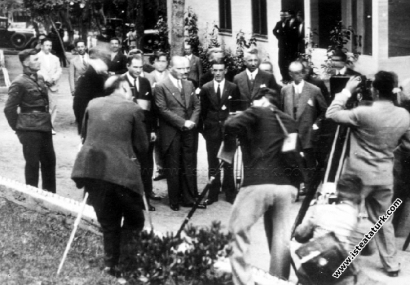 Atatürk New York'tan uçarak Atlantik'i aşıp İstanbul'a inen Amerikalı Pilotlarla Yalova'da. (01.08.1931)