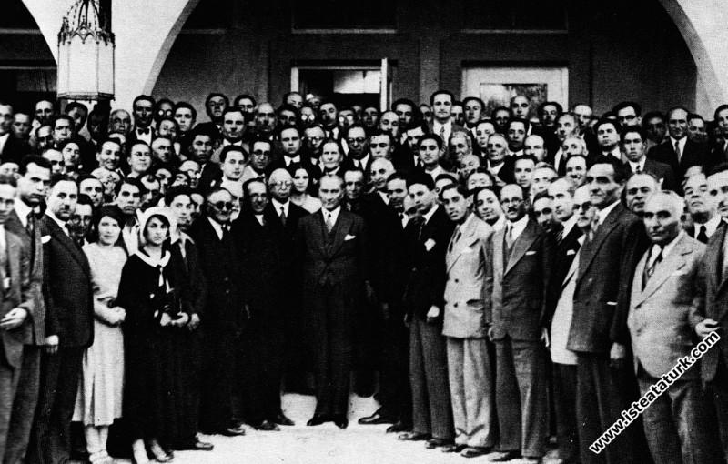 Atatürk ve 1. Tarih Kurultayı delegeleri verilen ziyafetten sonra, Marmara Köşkü'nde. (8 Temmuz 1932)