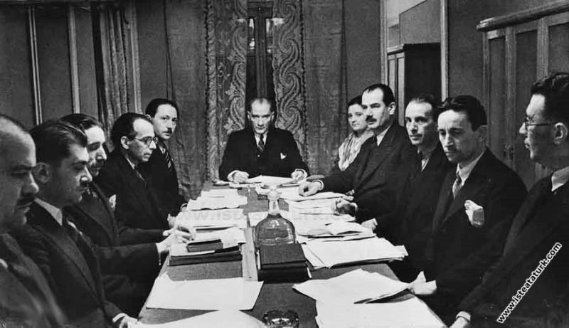 Atatürk Türk Dil Kurumu toplantısına başkanlık ederken. (04.01.1933)
