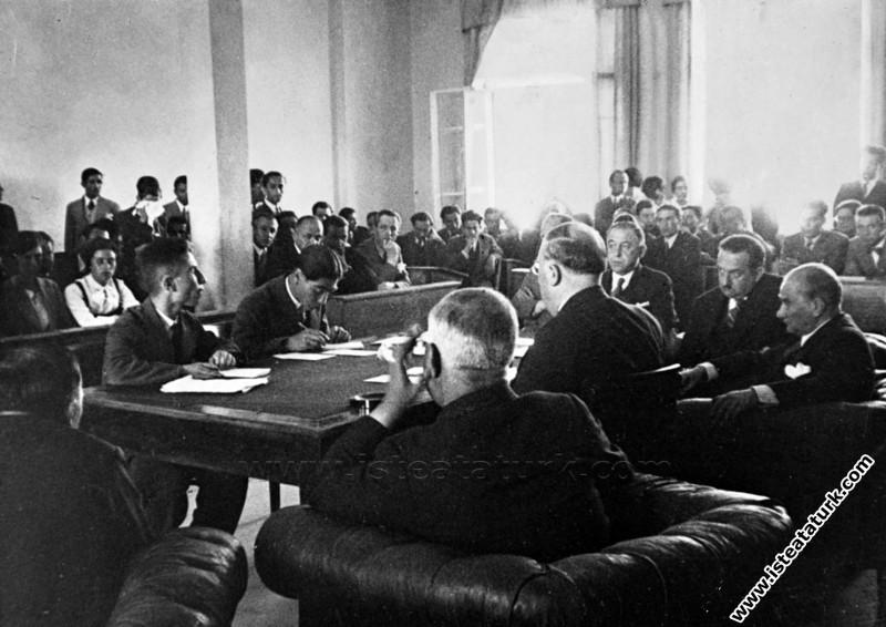 Atatürk Ankara Hukuk Fakültesi'nin imtihanında. (29.06.1933)