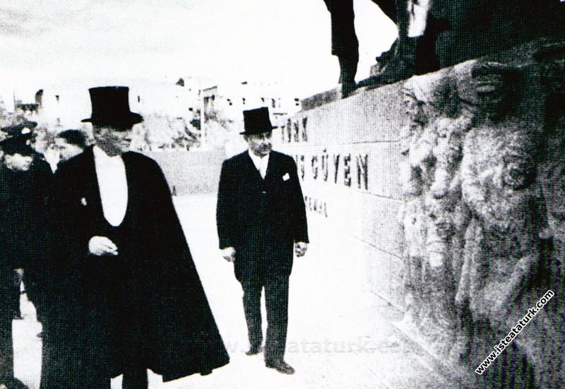Ankara Kızılay Meydanı'ndaki Güven Anıtı'nın açılışına TBMM dönüşü katılması. (01.11.1934)
