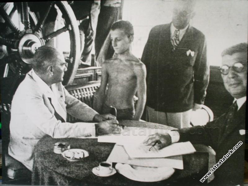 Atatürk Ertuğrul Yatı'nda Hasan Esat isimli çocukla ilgilenirken. (09.08.1936)