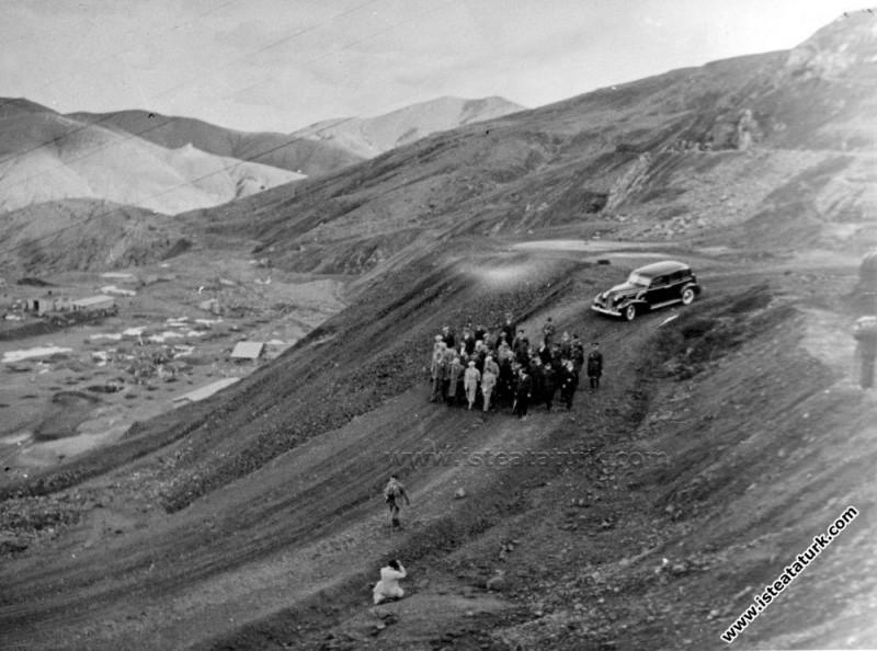 Atatürk Ergani Bakır Madeni İşletmesi'nde denetimlerde bulunuyor. (15.11.1937)