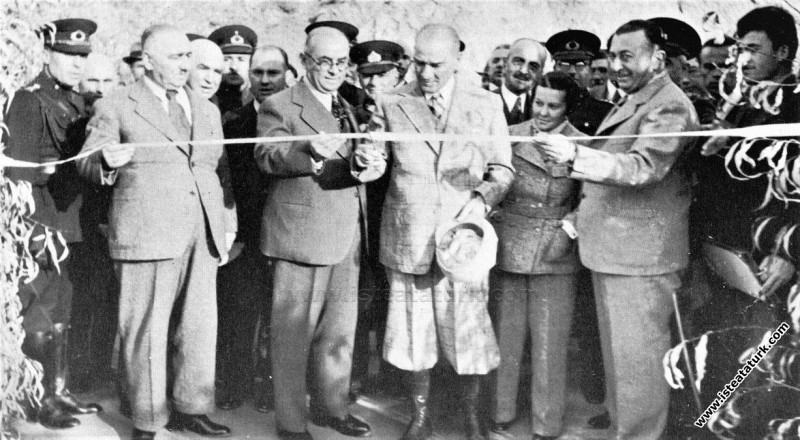 Atatürk Tunceli Pertek'te Singeç Köprüsü'nün açılışında. (17.11.1937)