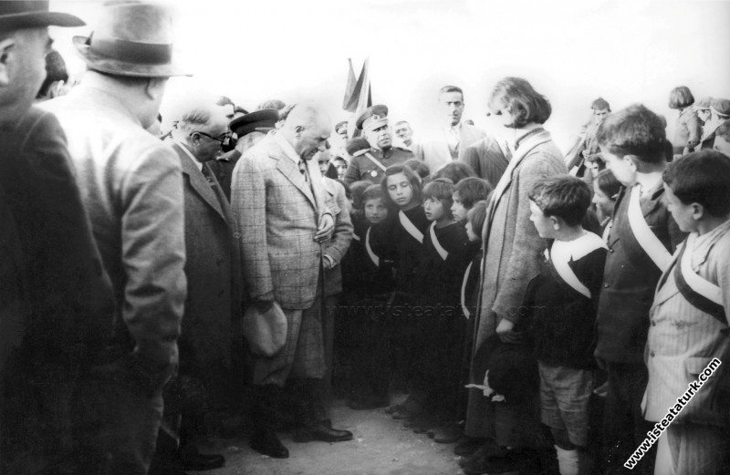 Atatürk Tunceli Pertek'te öğrencilerle konuşurken... (17.11.1937)