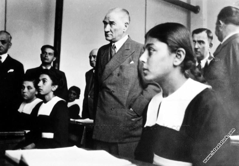 Atatürk Adana'da İsmet Paşa Kız Enstitüsü'nde tarih dersi dinlerken. (19.11.1937)
