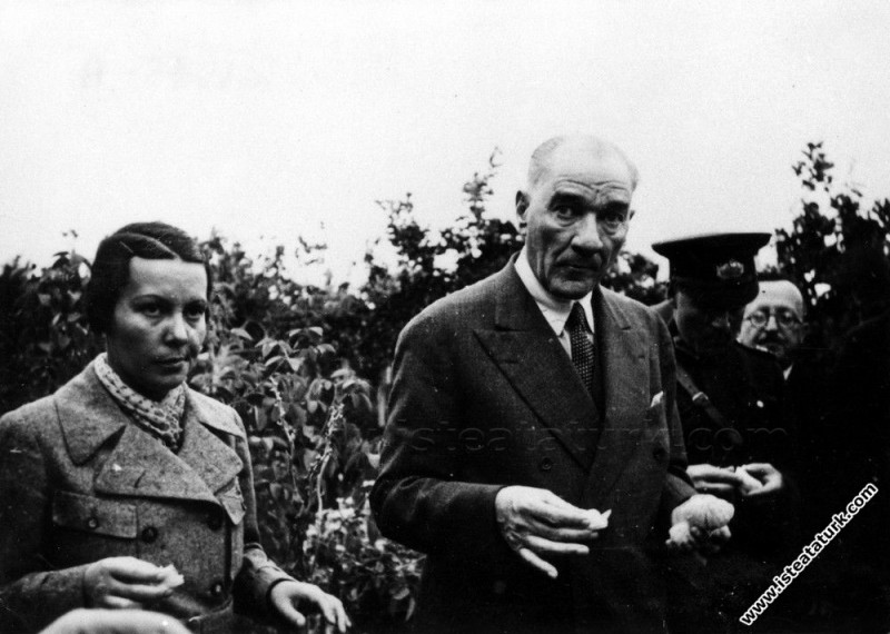 Atatürk'ün Mersin'de manevi kızı Sabiha Gökçen'le birlikte narenciye bahçesinde portakal yerken çekilen bir fotoğrafı. (19.11.1937)