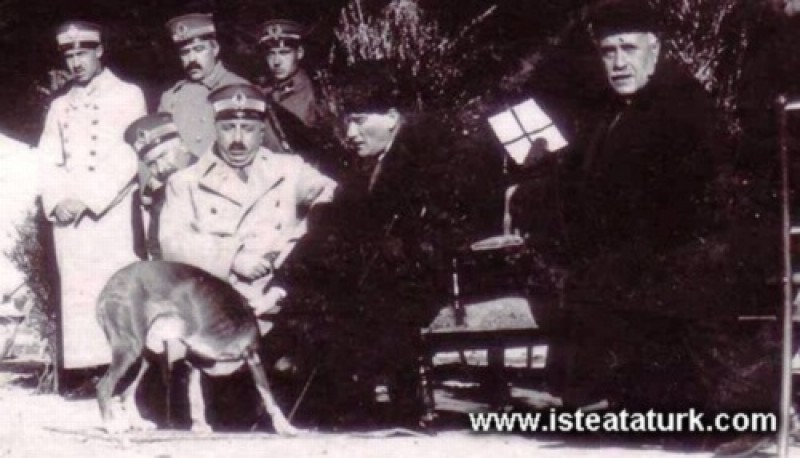 Mustafa Kemal Paşa Adana'da, Fahrettin Altay Paşa'yla cirit oynayanları  seyrederken. (17.01.1925)