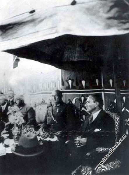 Gazi Orman Çiftliğinde Marmara Havuzu'na ilk suyun dolduruluşunu izlerken. (1925)