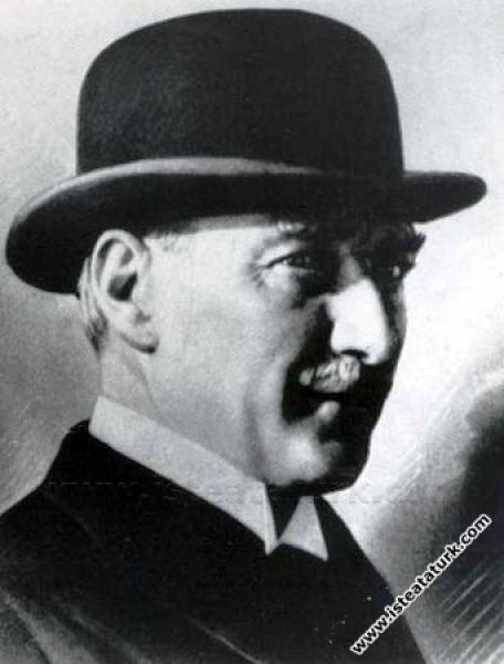 Şapka İnkılabı döneminde, Atatürk melon şapkasıyla. (1925)