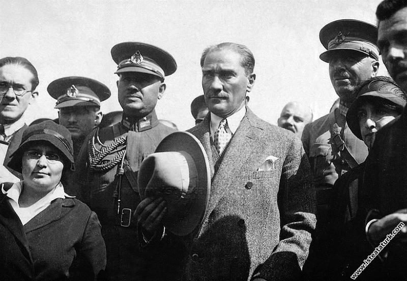 Şapka İnkılabı'ndan sonra İzmir'de. (11.10.1925)...