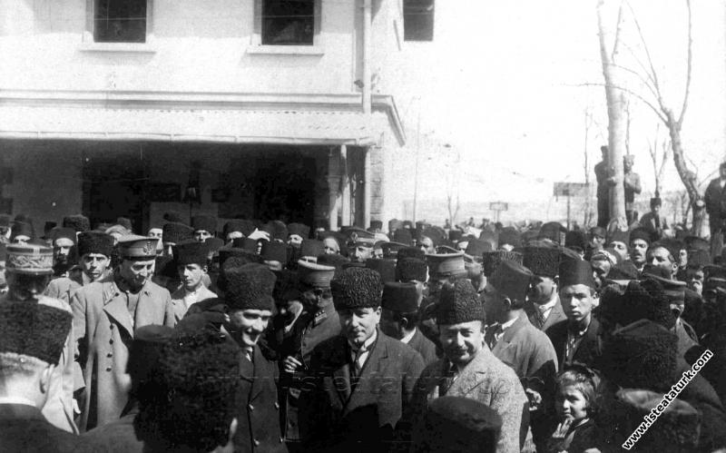 Mustafa Kemal Atatürk, Paris'e sefir olarak giden Fethi Okyar'ı uğurlamak için Ankara İstasyonu'na gelirken. (27.03.1925)