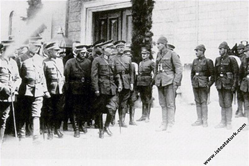 Mustafa Kemal Paşa Kastamonu kışlası önünde tören ...