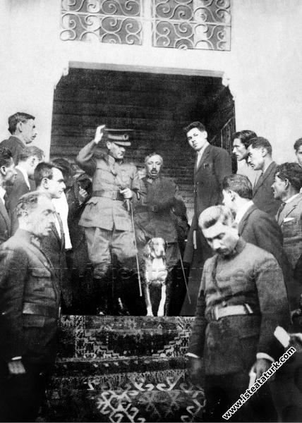 Mustafa Kemal Paşa Kastamonu'da hükümet binasından...