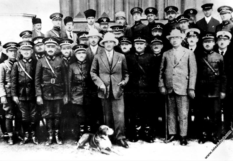 Mustafa Kemal Paşa Kastamonu gezisinde kışlada sub...