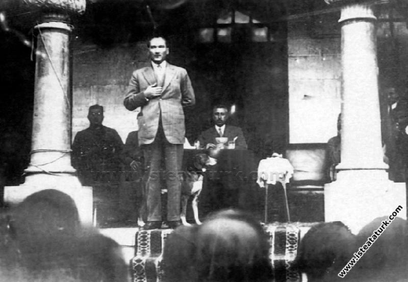 Kastamonu'da şapka giyilmesi hakkında söylevini verirken. (30.08.1925)