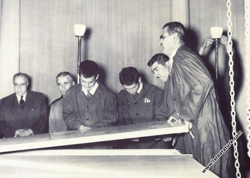 Ulu Önder Atatürk'ün Etnografya Müzesi'ndeki, tabutunun açıldığı gün, Ankara. (9 Kasım 1953)