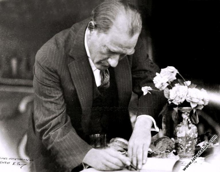 Mustafa Kemal Atatürk Bursa İpek Fabrikası'nda tem...