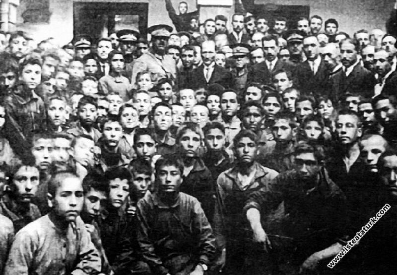 Mustafa Kemal Atatürk İzmir Sanatlar Mektebi'nde. ...