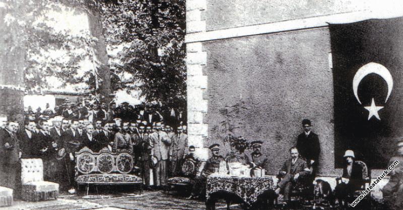Mustafa Kemal Atatürk Salihli tren istasyonunda, S...