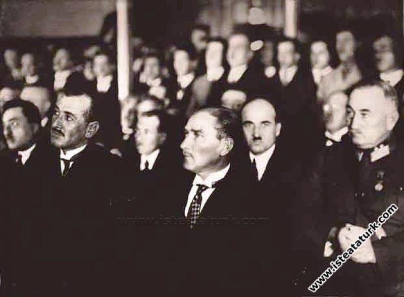 Mustafa Kemal Atatürk Ankara Hukuk Fakültesi'nin açılışında nutukları dinlerken. (05.11.1925)