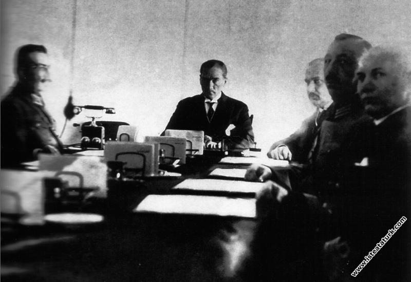 Mustafa Kemal Atatürk I. Askeri Şura'ya başkanlık ...
