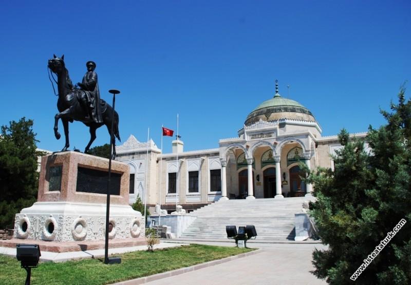 Atlı Atatürk Anıtı, Etnografya Müzesi, Ankara