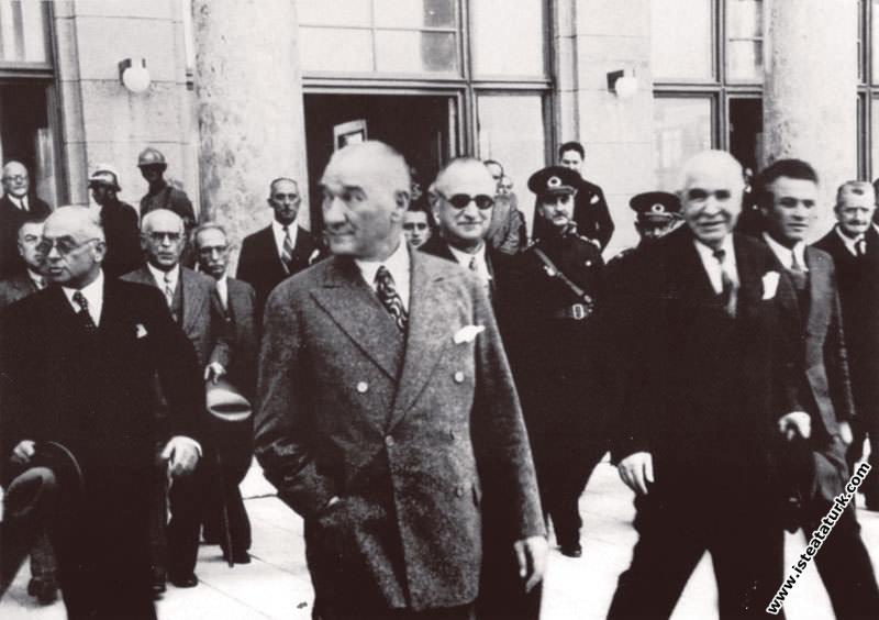 Atatürk Mersin Gezisi'nden dönüşte Ankara Garı önü...