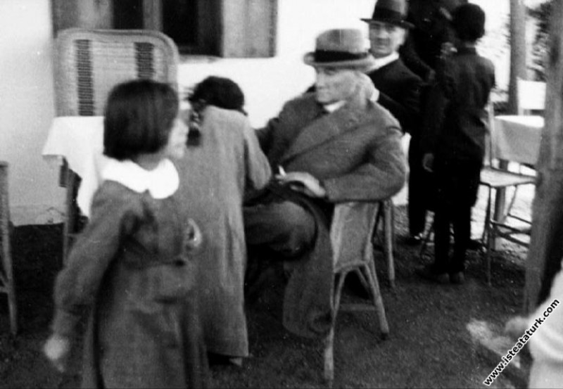 Atatürk Gazi Orman Çiftliği'nde. (11.05.1938)...