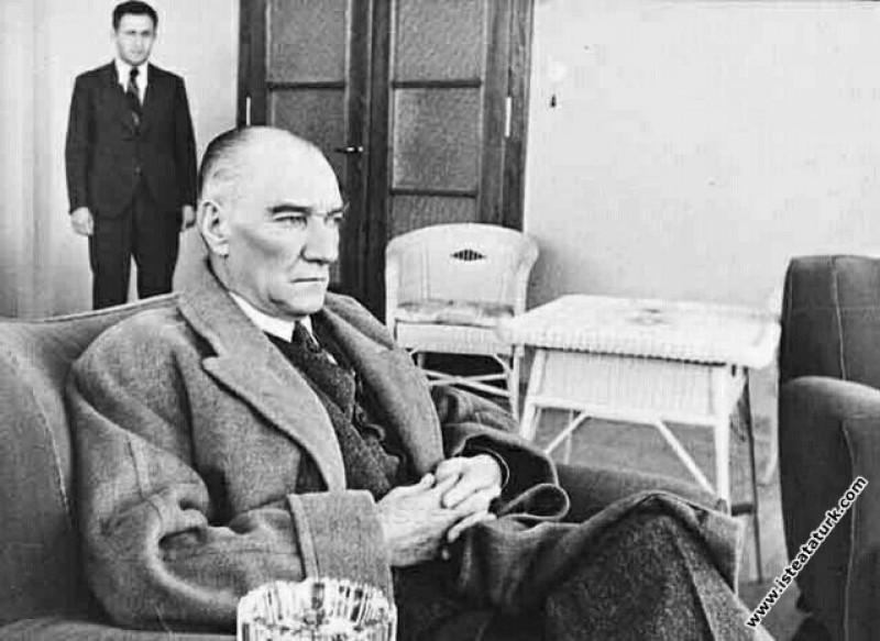 Atatürk Çubuk Barajı'nın müdürlük dairesinde istirahat ederken. (07.05.1938)