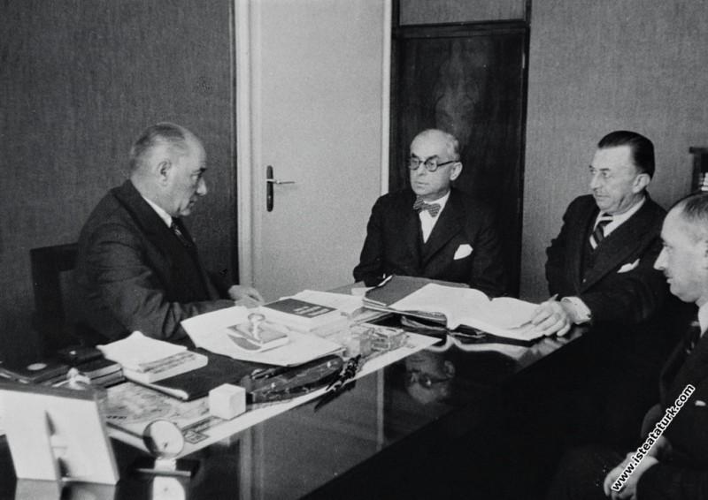Atatürk İçişleri Bakanlığındaki bir toplantıda. (1...