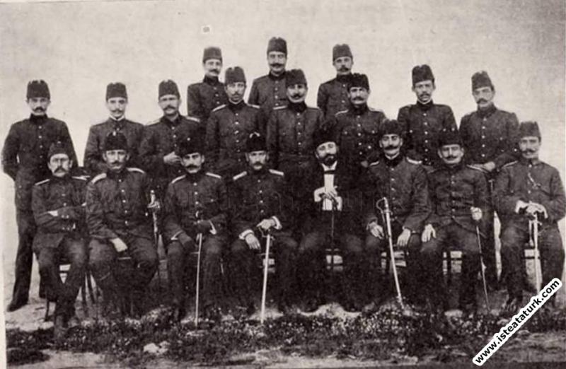 Mustafa Kemal Hareket Ordusu Erkanı ile birlikte. (04.1909)