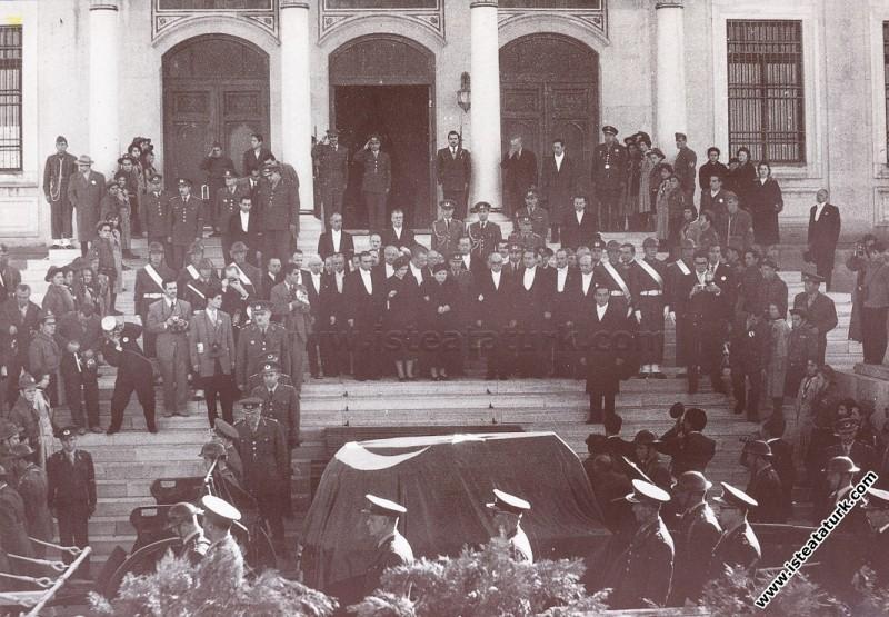 Etnografya Müzesi önünde, Atatürk'e son saygı duru...