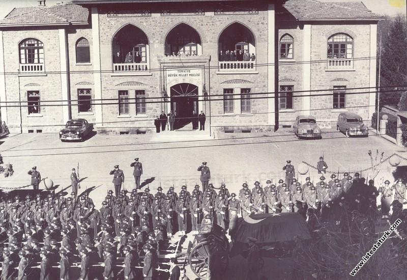 TBMM önünde, Atatürk'e son saygı duruşu. (10.11.19...