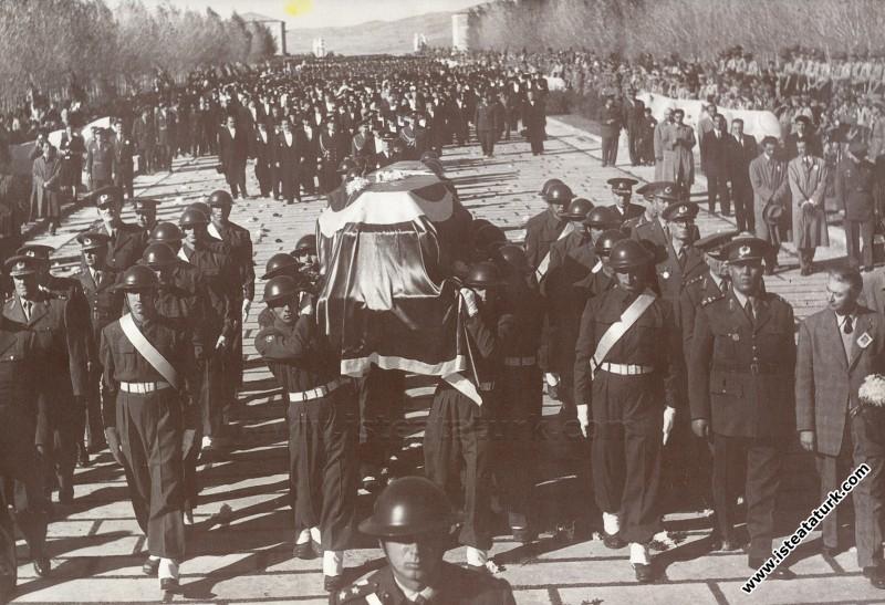Atatürk'ün cenazesi Anıtkabir Aslanlı Yolda, asker...