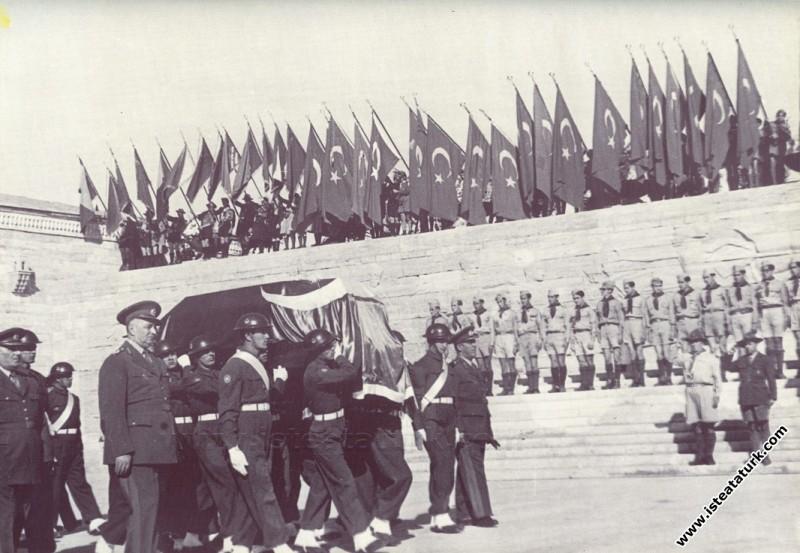 Atatürk'ün cenazesi Anıtkabir Tören Meydanı'nda as...